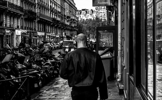 homme balade rue paris casque
