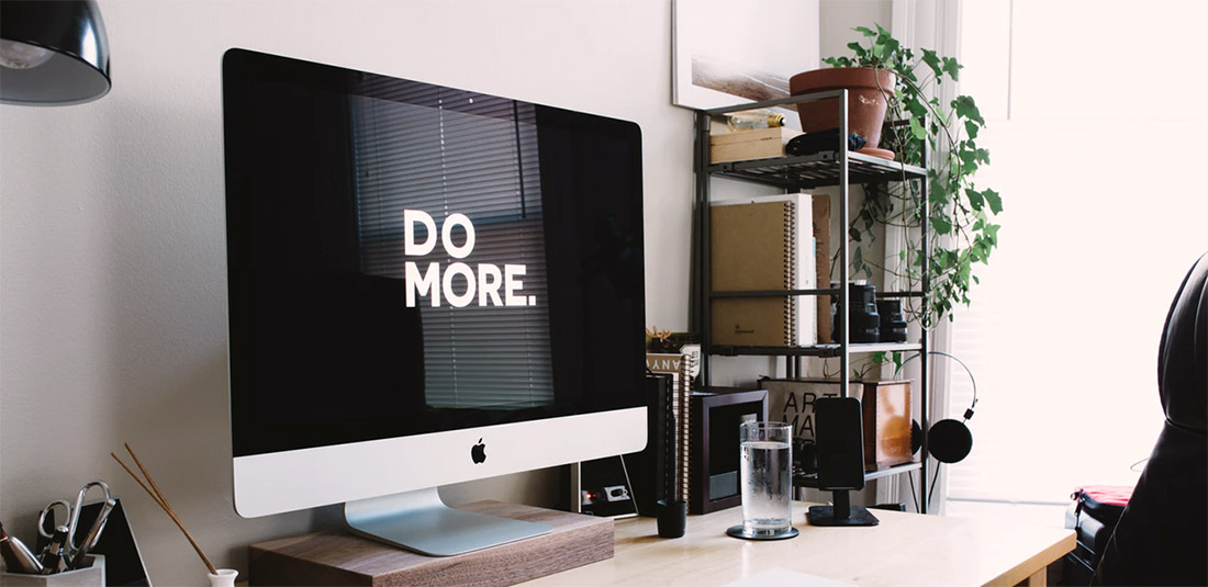imac au bureau avec écrit DO MORE