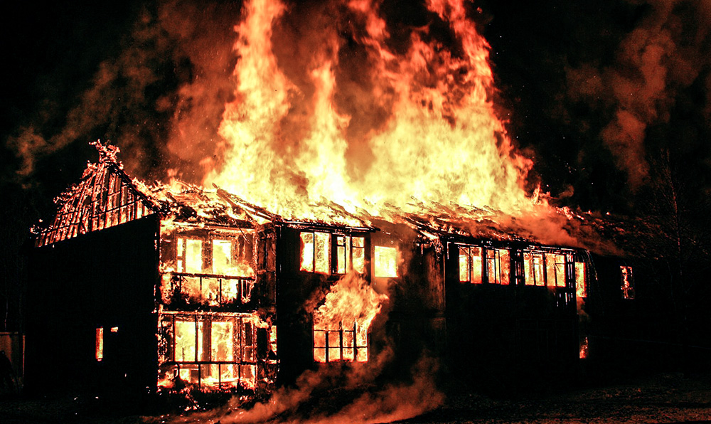 incendie feu maison brûle