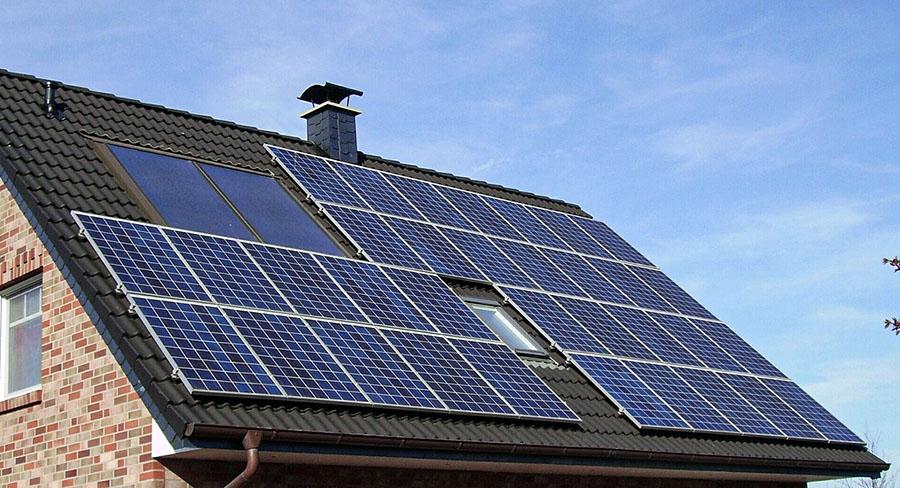 panneaux solaires photovoltaiques toit maison
