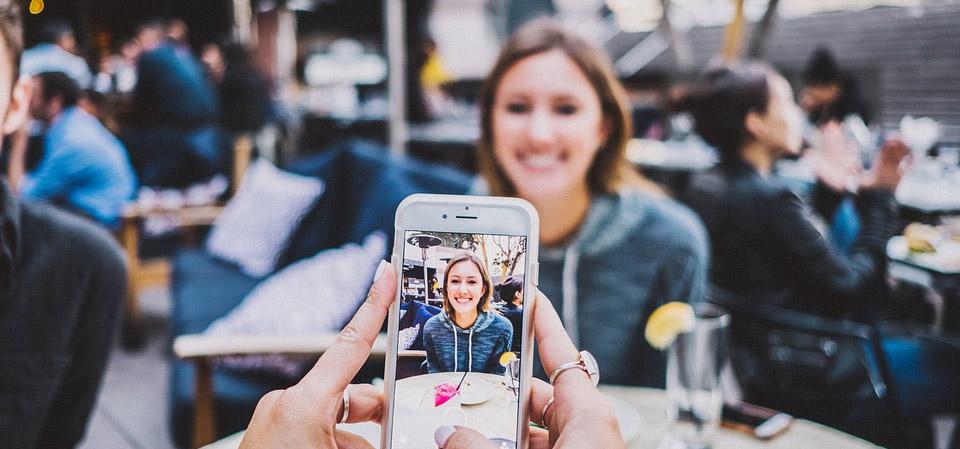 photo d'une amie avec un smartphone