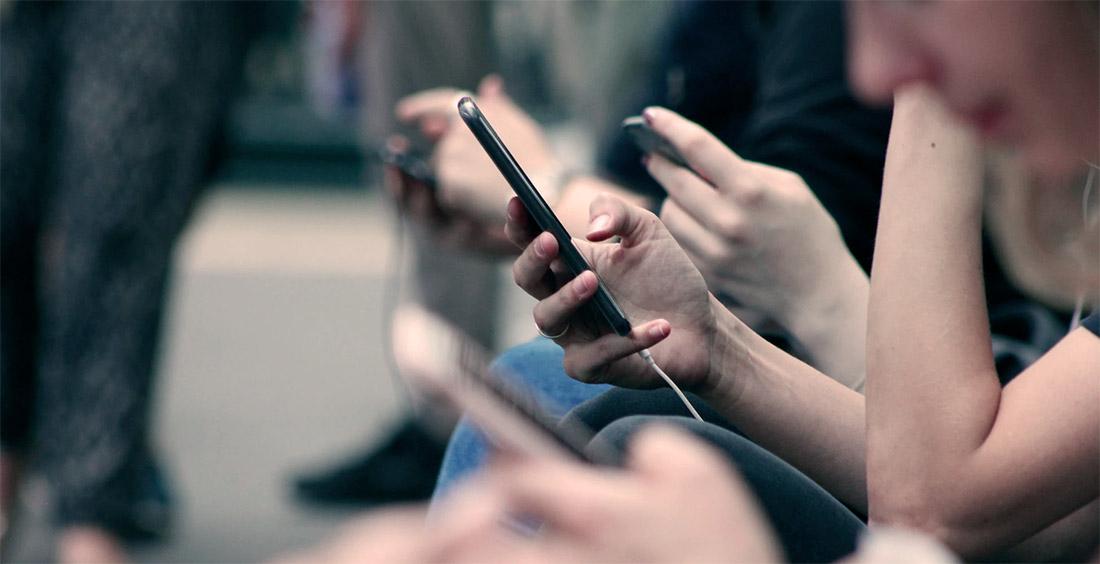 plusieurs smartphones entre amis