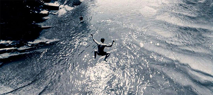 Saut de Wim Hof au milieu de l'eau glacée