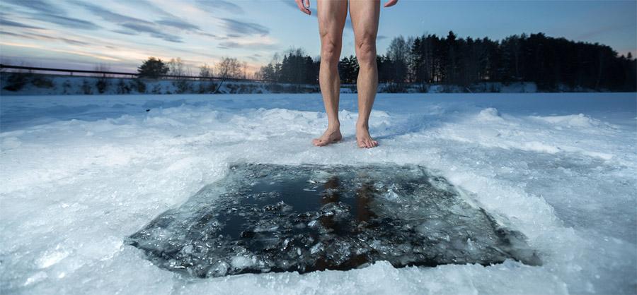 Un homme s'apprête à plonger dans la glace.