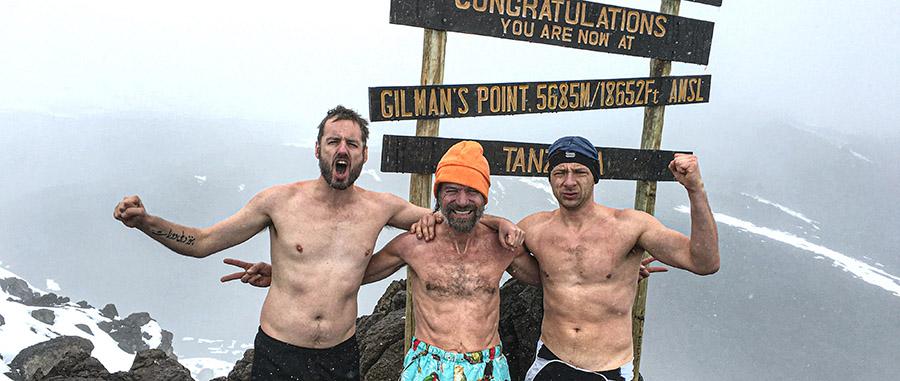 Scott Carney, Wim hof et Dennis Bernaerts en haut du Kilimandjaro.