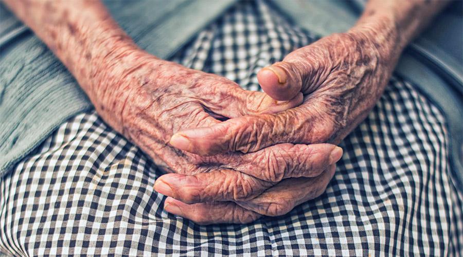 mains croisées de personne âgée
