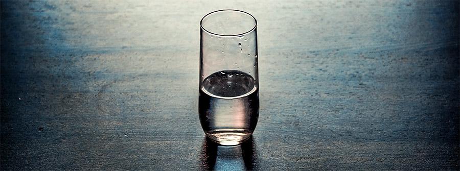 verre d'eau à moitié vide à moitié plein
