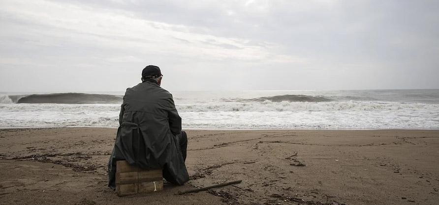 homme qui déprime face à la mer